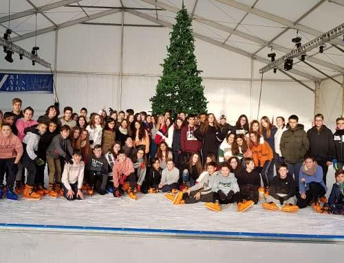 Patinaje en la pista de hielo en la Plaza del Pilar